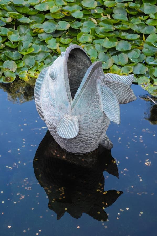 Het Standbeeld van metaalvissen stock afbeelding