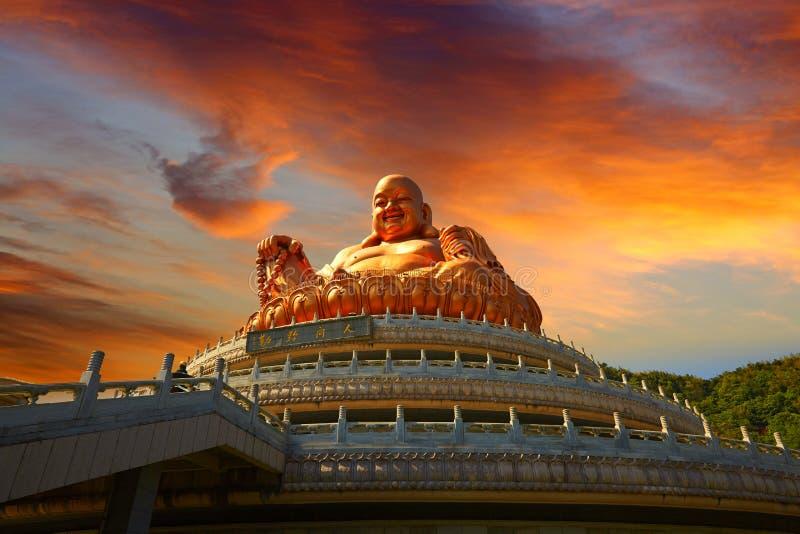 Het Standbeeld van mijlboedha, het lokale godsdienstoriëntatiepunt in magische zonsondergang stock afbeeldingen