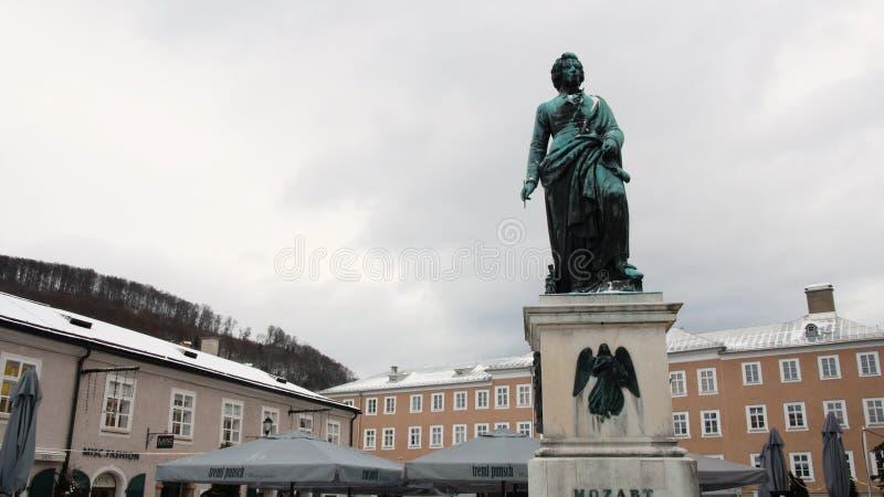Het standbeeld van Mozart in Salzburg tijdens de winter, geboortestad van Mozart, genie van klassieke muziek stock afbeelding