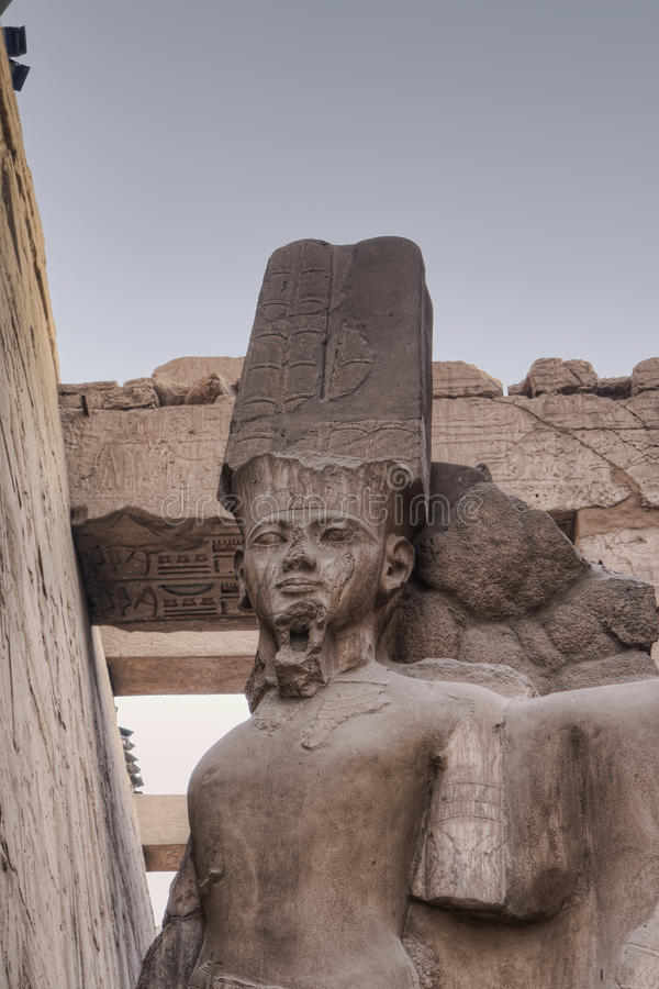 Het standbeeld van Pharaoh in tempel Karnak stock foto's