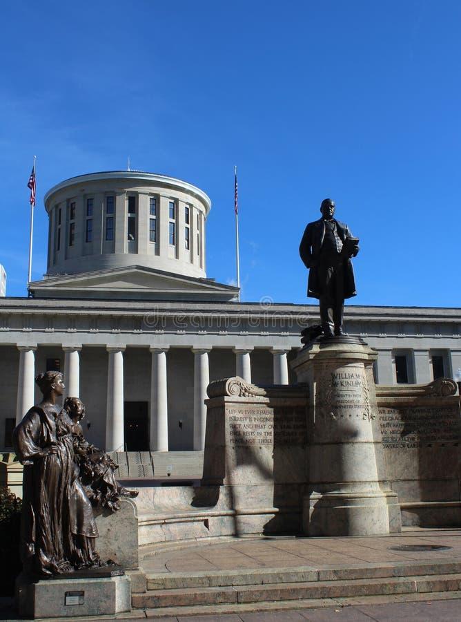 Het standbeeld van President McKinley bevindt zich vóór Ohio Statehouse, de het Capitoolbouw van de Staat, Columbus Ohio royalty-vrije stock afbeelding