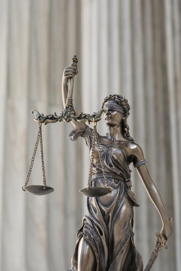 Het standbeeld van rechtvaardigheid Themis /Justitia, de geblinddochte godin stock fotografie