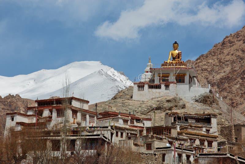 Het standbeeld van Shakyamuniboedha Gautama dichtbij het Boeddhistische Klooster van Tingmosgang royalty-vrije stock fotografie