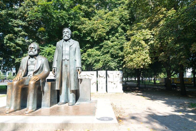 Het standbeeld van twee mensen dacht om de vaders van collectivisme, Kar te zijn na stock fotografie