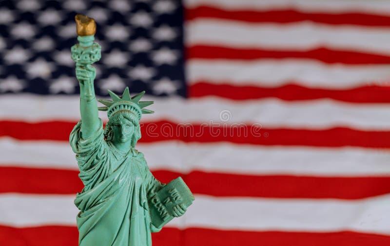 Het Standbeeld van Vrijheid de Verenigde Staten een symbool van vrijheid en democratie met vlag de Verenigde Staten van Amerika stock foto