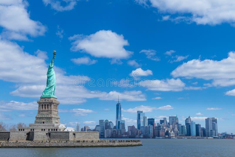 Het standbeeld van Vrijheid en de Stad van Manhattan, New York, de V.S. stock afbeeldingen