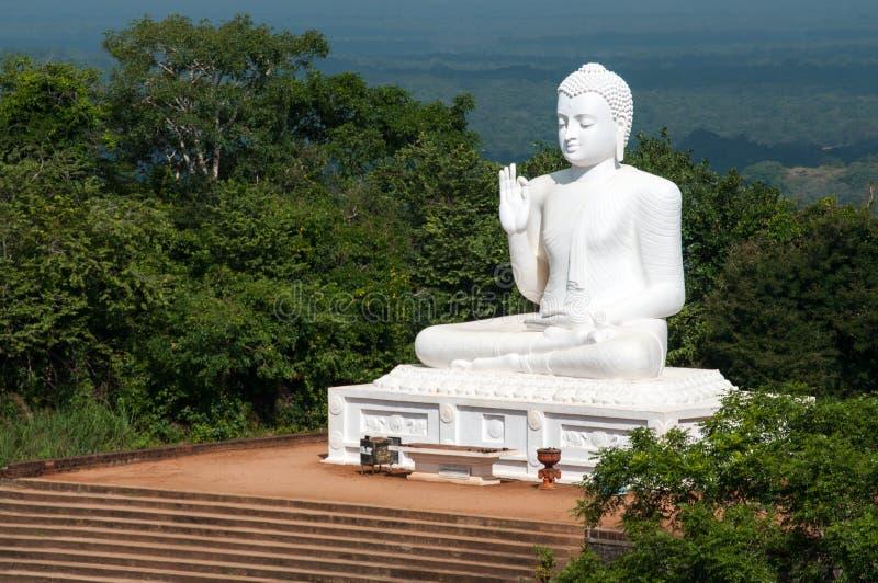 Het standbeeld van zittingsboedha in Mihintale, Sri Lanka stock afbeeldingen