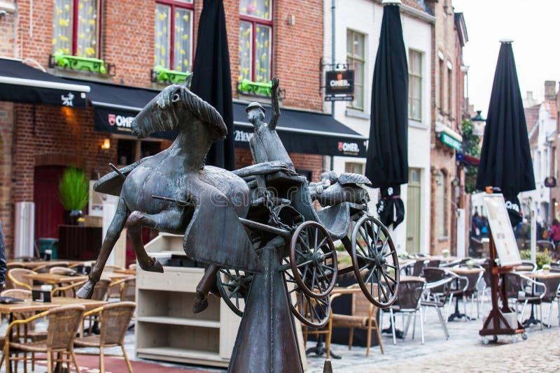 Het standbeeld Zeus, Leda, Prometheus en Pegasus bezoekt Brugge door Jef Claerhout in eer aan de city'skoetsiers die wordt gesc royalty-vrije stock fotografie