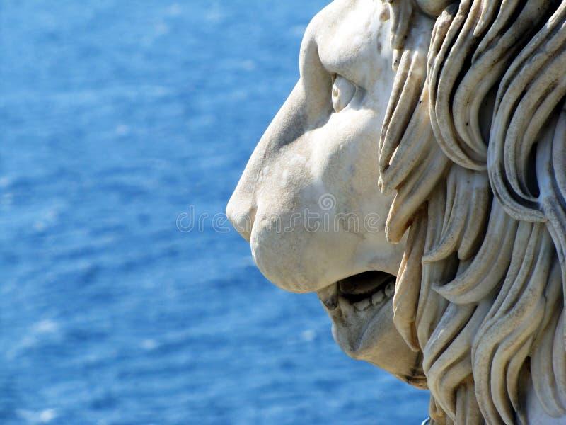 Het standbeeldhoofd tegen de achtergrond van het overzees royalty-vrije stock foto's