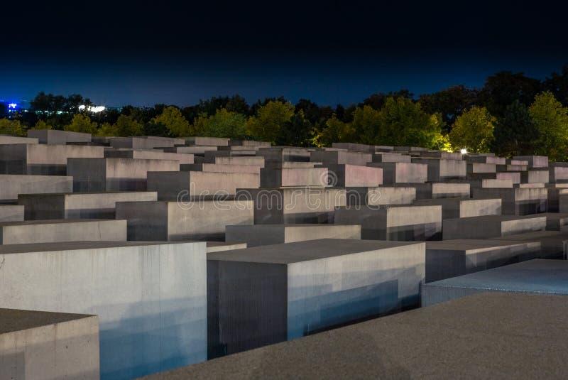 Het standpunt van het Memorial voor de Moord-Europese joden in Berlijn 's nachts stock fotografie