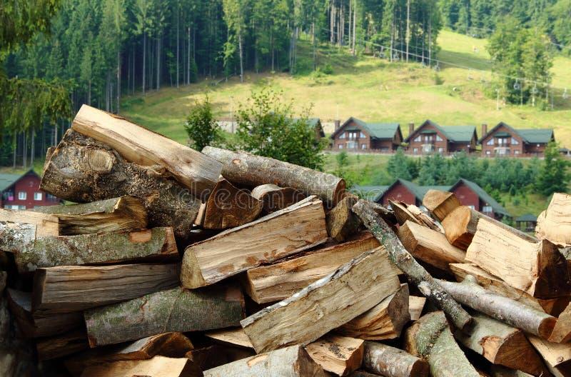 Het stapelen van het hout Gehakt brandhout klaar aan het verwarmen het beeld van de seizoenvoorraad stock foto's