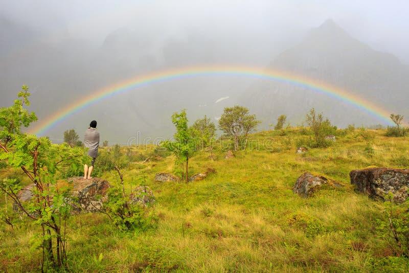 Het staren bij een Lofoten-Regenboog stock foto's