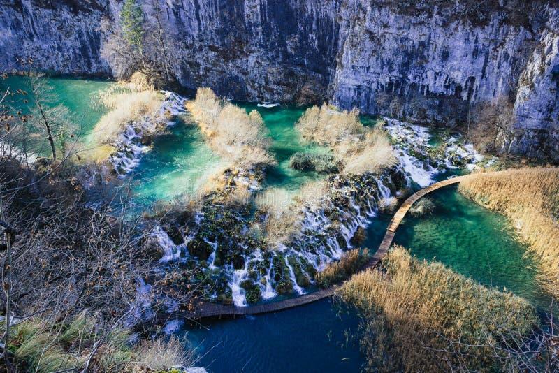 Het staren neer bij de watervallen van Plitvice-Meren stock afbeeldingen