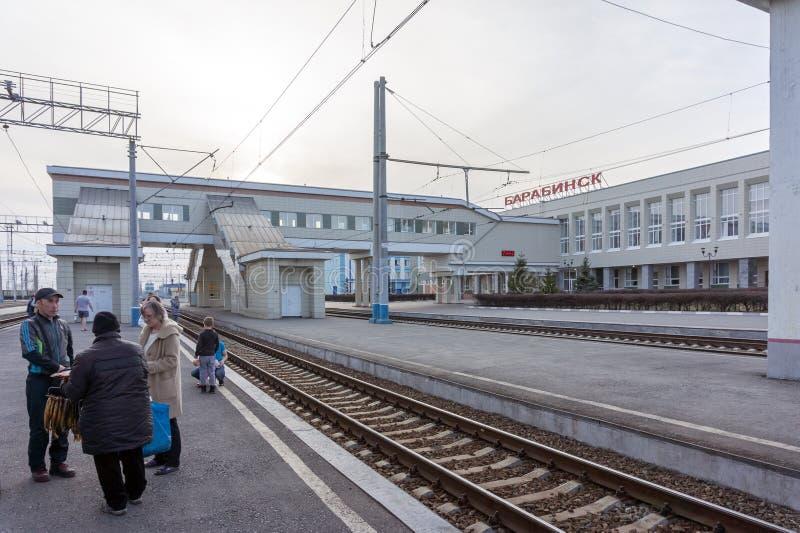 Het station van de Siberische stad van Barabinsk, met mensen die zich op het platform bevinden stock afbeelding