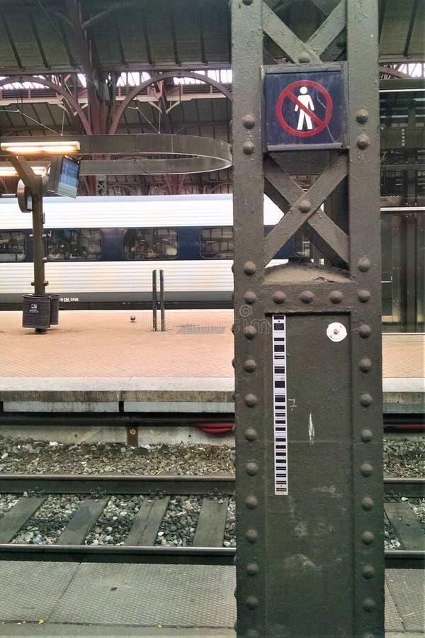 Het station van Kopenhagen ` s wacht op het vertrek van een passagierstrein royalty-vrije stock foto's