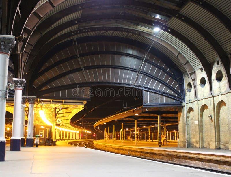 Het station van York met lege platforms bij nacht royalty-vrije stock afbeeldingen