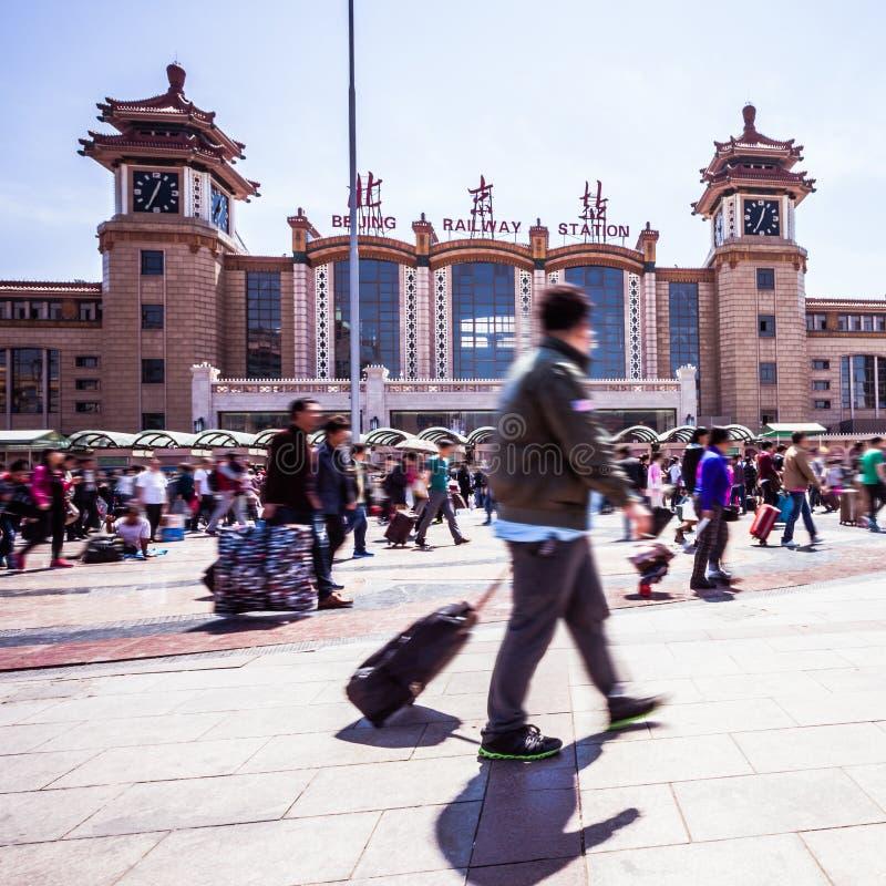Het stationmensen die van Peking in motieonduidelijk beeld lopen stock afbeelding