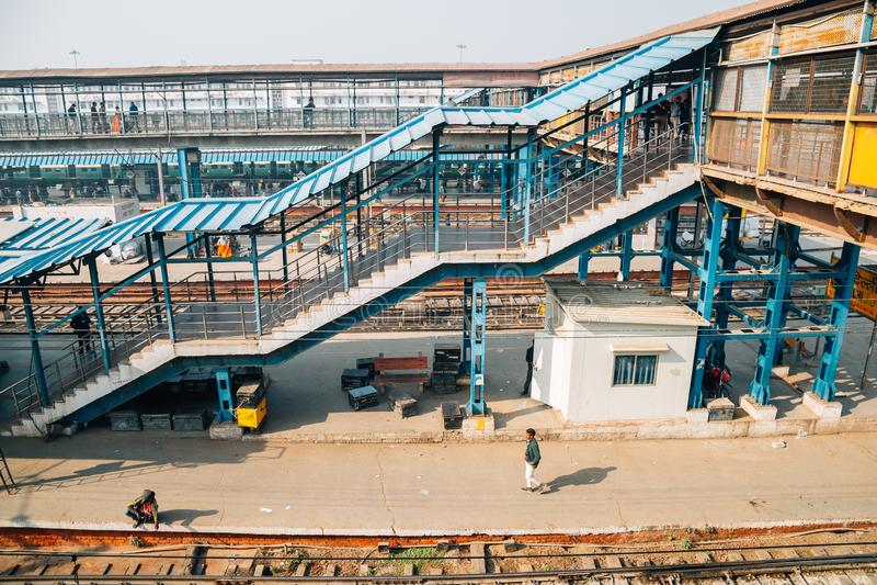 Het stationplatform van New Delhi in Delhi, India stock afbeeldingen