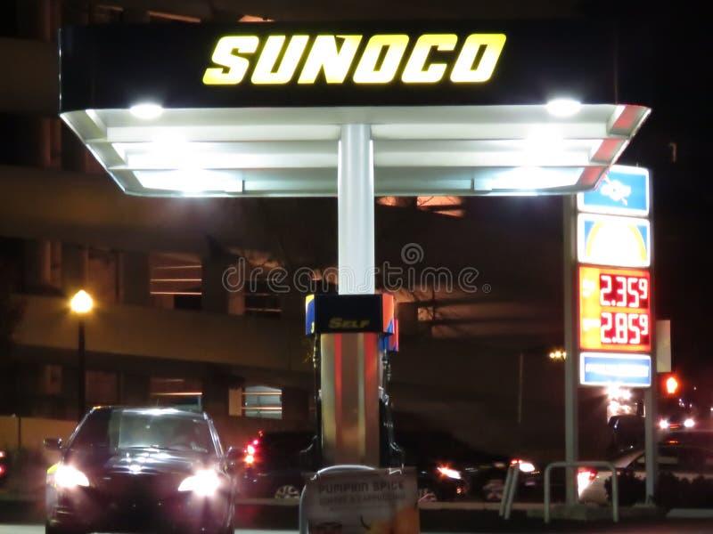 Het stedelijke benzinestation stak omhoog bij nacht aan stock fotografie