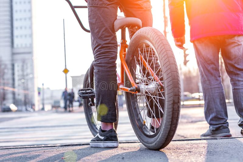 Het stedelijke biking - tiener berijdende fiets in stad stock fotografie