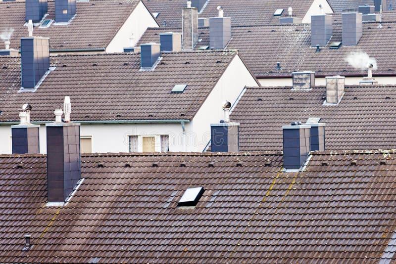 Het stedelijke high-density flatgebouw met koopflatsbouwstenen huisvesten stock afbeelding