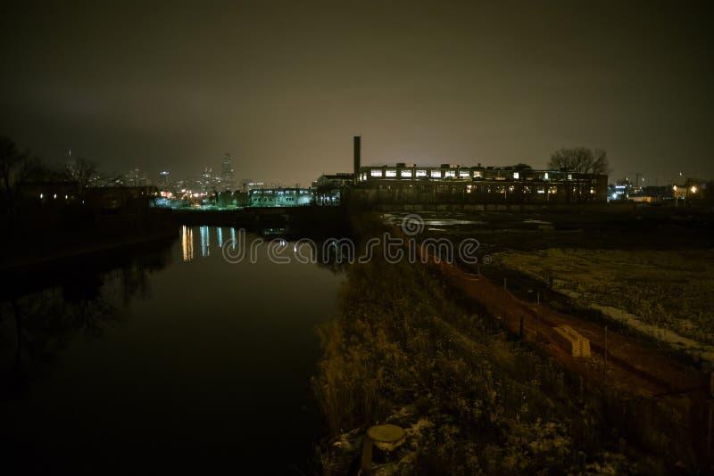 Het stedelijke landschap van de mistrivier in Chicago bij nacht stock afbeeldingen