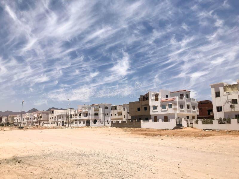 Het stedelijke landschap van mooie witte steenhuizen is Arabische Islamitische Islamitisch voor gewone burgers, stadslui in de wo stock afbeeldingen