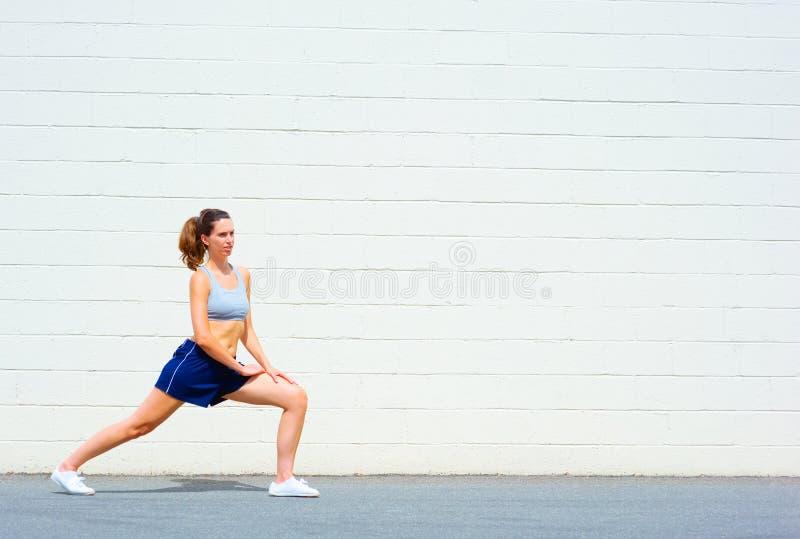 Download Het Stedelijke Rijpe Uitoefenen Van De Vrouw Stock Foto - Afbeelding bestaande uit gezondheid, practicing: 10783516
