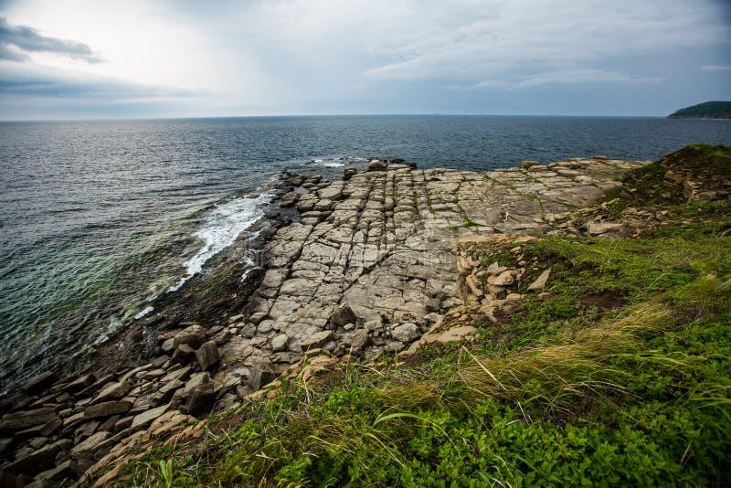 Het steenstrand wordt Alle stenen opgemaakt in rechte lijnen stock afbeelding