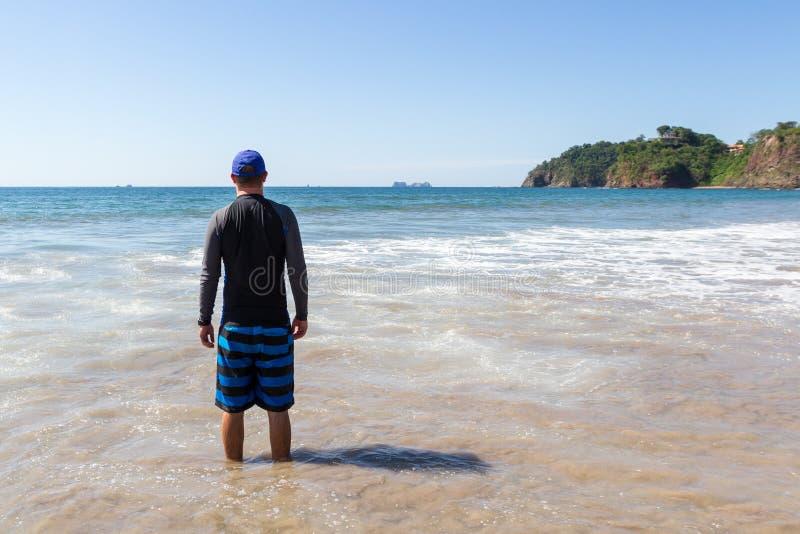 Het stellen bij het strand stock afbeelding
