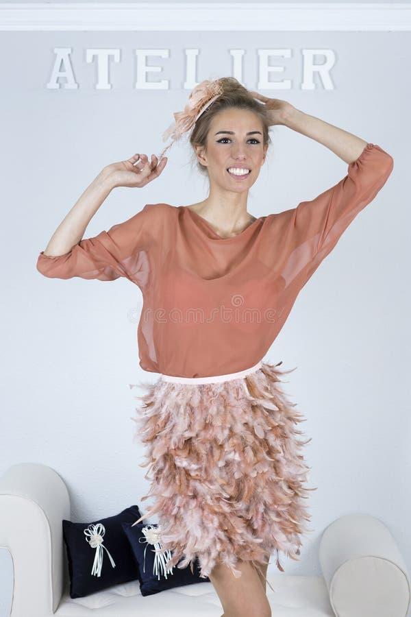 Het stellen met de definitieve kleding - het naaien zitting stock foto's