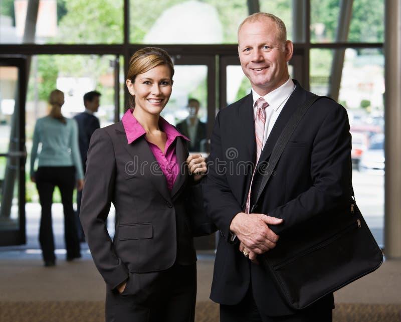 Het stellen van Businesspeople in hal royalty-vrije stock foto