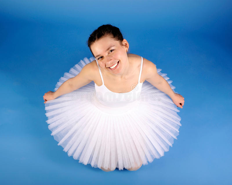 Het stellen van de balletdanser in witte tutu royalty-vrije stock afbeelding