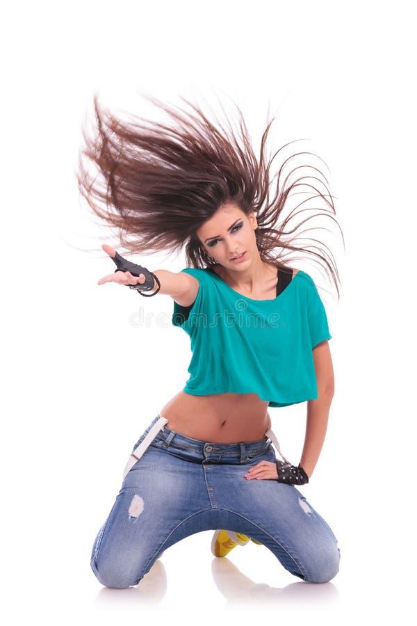 Het stellen van de danser op haar knieën stock afbeeldingen