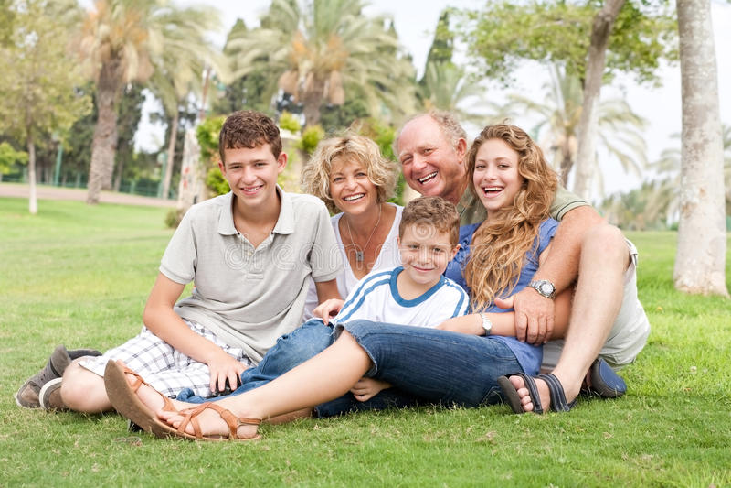 Het stellen van de familie voor camera stock afbeeldingen