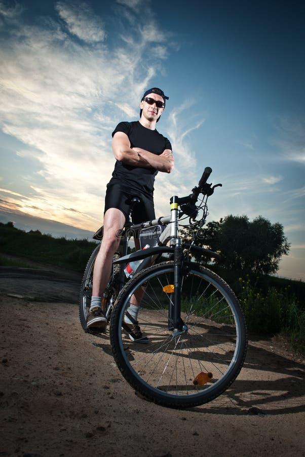 Het stellen van de fietser op fiets stock foto