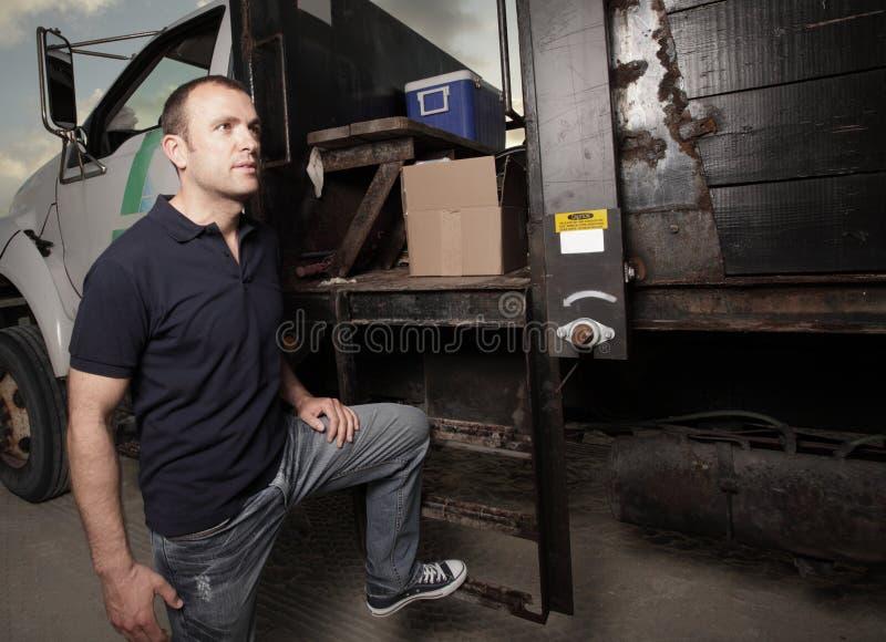 Het stellen van de mens door een vrachtwagen stock foto