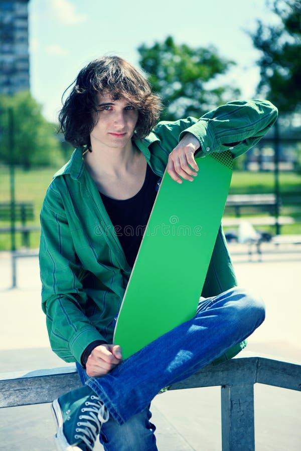 Het stellen van de schaatser met zijn skateboard stock afbeeldingen