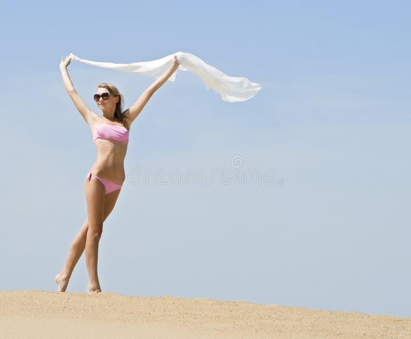 Het stellen van de vrouw op het strand stock fotografie