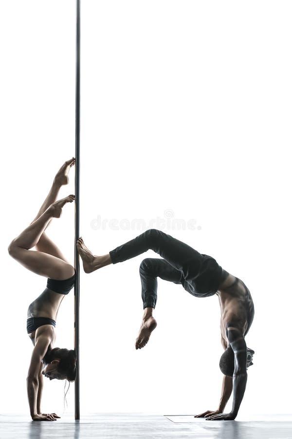 Het stellen van het paar van de pooldans in studio royalty-vrije stock fotografie