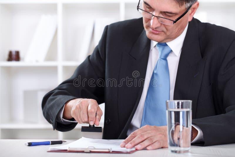 Het stempelen van de zakenman het document, keurt contract goed royalty-vrije stock fotografie