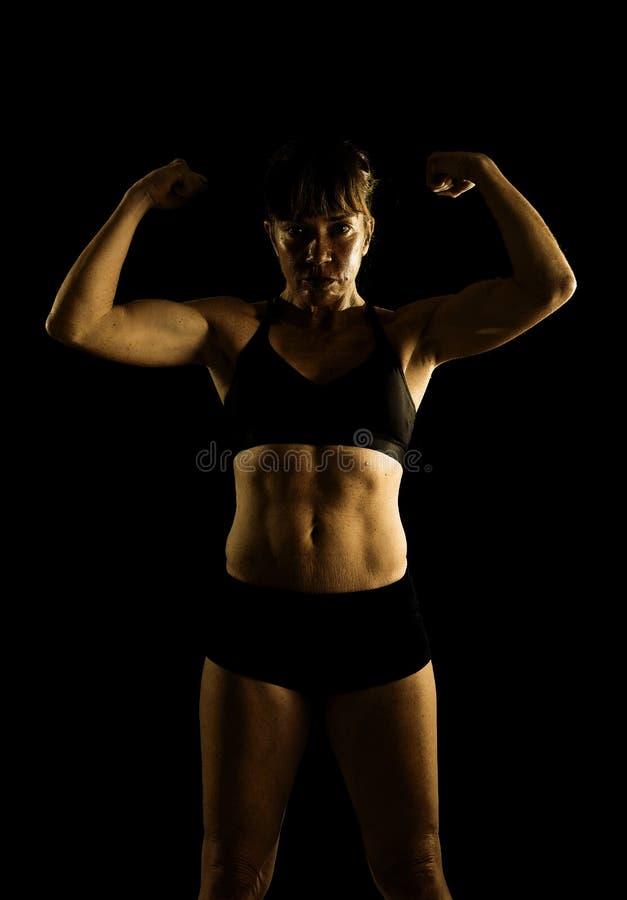 Het sterke de vrouw van sportsproeten stellen uitdagend in koele houding met rand gebouwd lichaam royalty-vrije stock foto's
