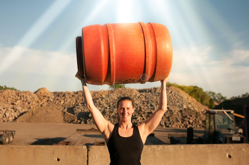 Het sterke vat van de Vrouwenholding lucht met sterke zon royalty-vrije stock afbeelding