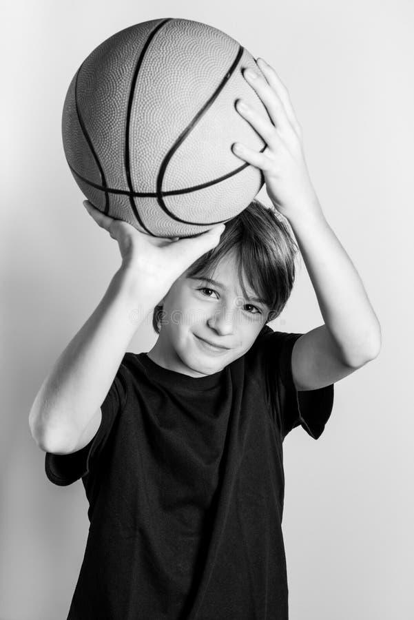 Het sterke zwart-witte beeld van de basketbalspeler stock fotografie