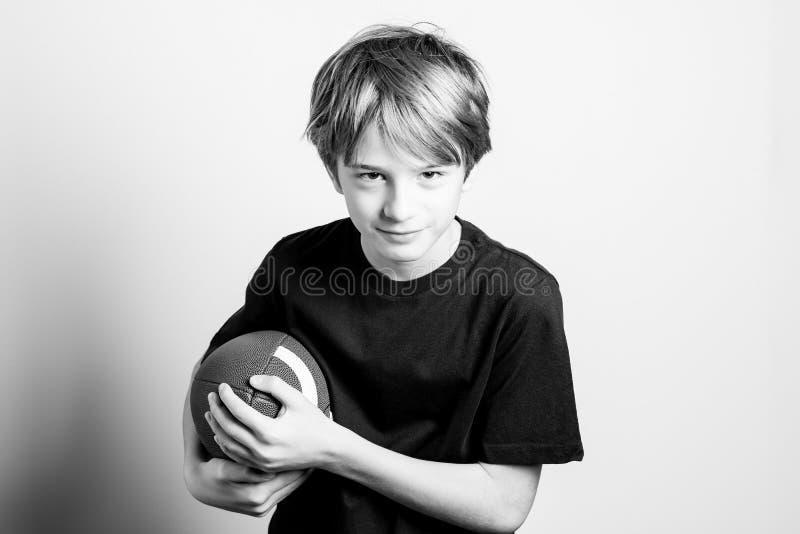 Het sterke zwart-witte beeld van de rugbyspeler stock fotografie