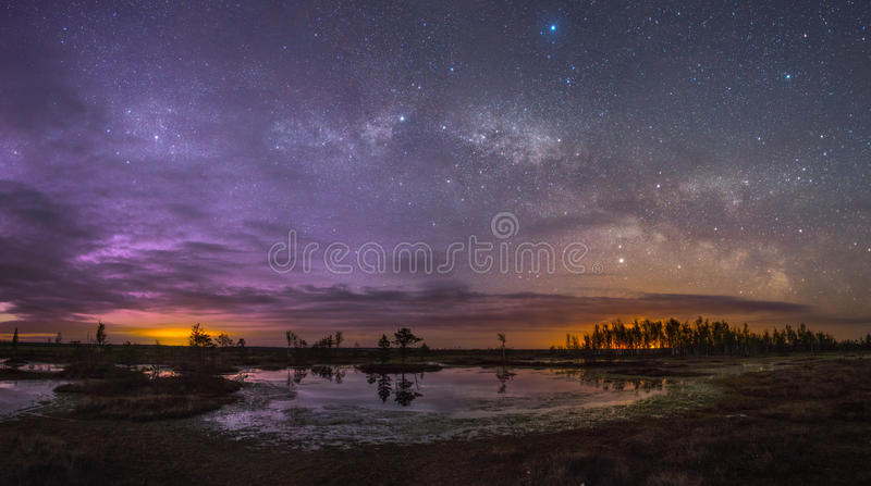 Het sterrige landschap van de Nacht stock foto