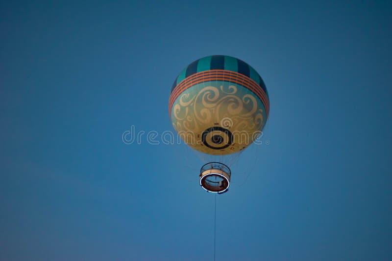 Het stijgen van 400 voet in de hemel en het genieten van van adembenemend, 360 graadmeningen in Ballonvlucht bij Disney-de Lentes royalty-vrije stock foto's