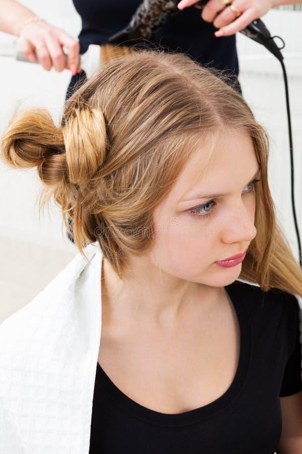 Het stileren van het haar in haarsalon royalty-vrije stock foto's
