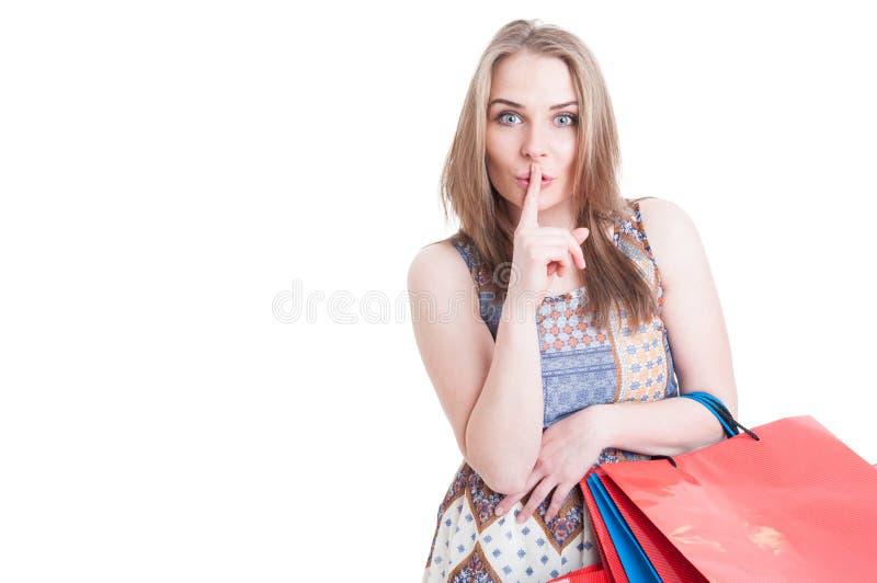 Het stille concept met het modieuze mooie vrouw doen doen zwijgt gebaar stock foto