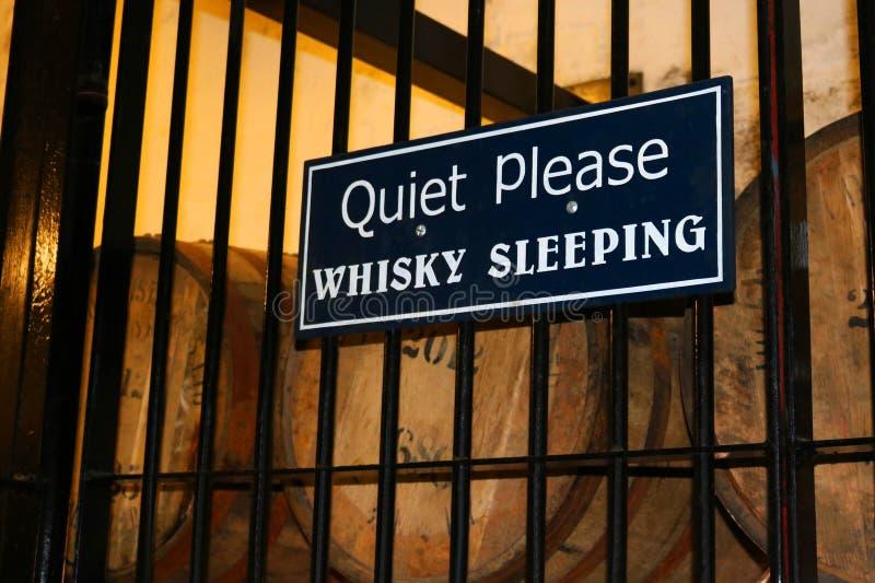 Het stille tevreden Teken van de Whiskyslaap met Vaten Whisky stock fotografie